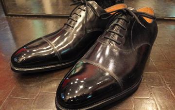 メーカー独自のクリーム+当選が推奨するクリームと技術を駆使し、革を最適な状態にお手入れし、John Lobbを最も美しく輝かせ、靴の中の脱臭・消毒、靴底のお手入れを